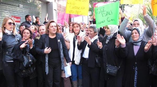 Protestocu Ak Partili Kadinlara Chp'den Çay Ikrami