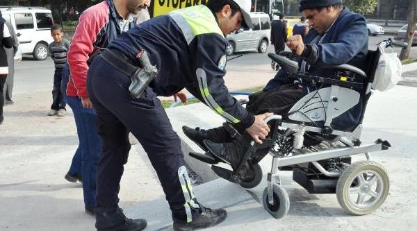 Rampa Engeline Takilan Engellilere Polis Yetişti