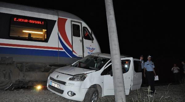 Raybüs Otomobile Çarpti: 3 Yaralı
