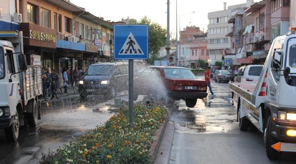 Refüje Çarpan Otomobil Su Borusunu Patlattı