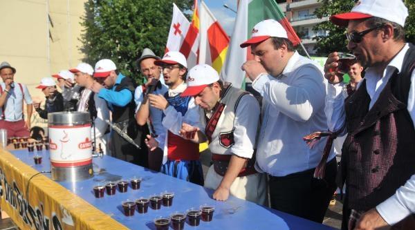 Rize'de 'en Hızlı Çay İçme' Yarışması
