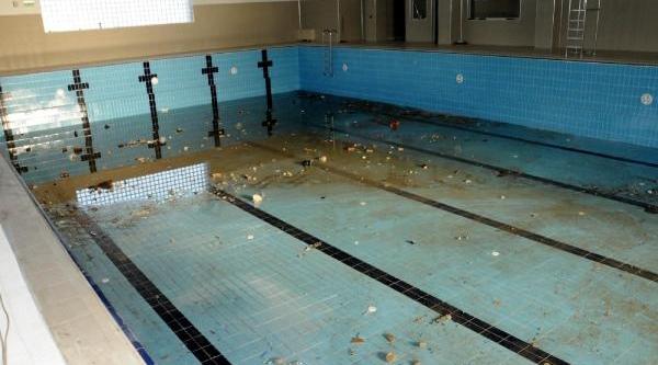 Rize'deki Kapali Yüzme Havuzu Taşla Doldu