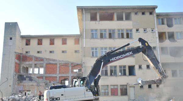 Rizeli İnadi: Yıkıma Başlanan Binadan Çikmiyor