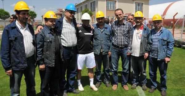 Roberto Carlos'a İşçilerden Baret