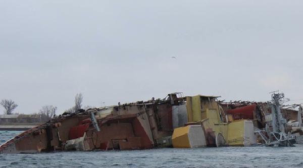 Rusya Karadeniz'deki Ukrayna Filosunun Denize Açılmasını Engellemek İçin Üssün Girişinde Gemi Batırdı