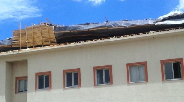Rüzgar Hastanenin Çatisini Uçurdu