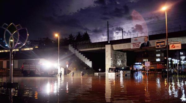 Sağanak Yağış Nedeniyle Yol Göle Döndü - Aracı Mahsur Kalan Sürücü Belediye Görevlilerine Saldırdı