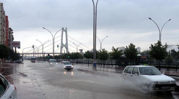 Sağanak Yağmur İzmitlileri Hazırlıksız Yakaladı