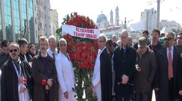 Sağlık Çalişanlarindan Taksim Cumhuriyet Anıtı'na Çelenk