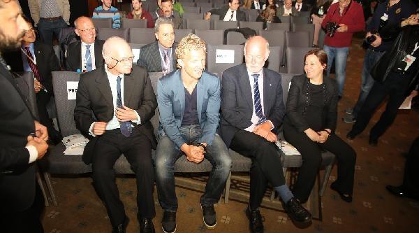 Sağlıklı Beslenme Seminerine Katılan Kuyt: Bir Ronaldo, Bir Messi Yok Ama Kadromuzdaki Her Oyuncu Çok Önemli