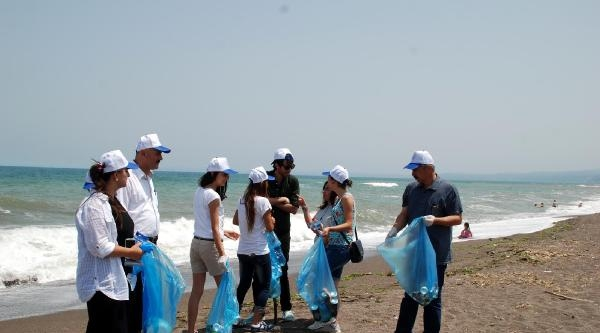 Sahile Atılan Çöpleri Topladılar