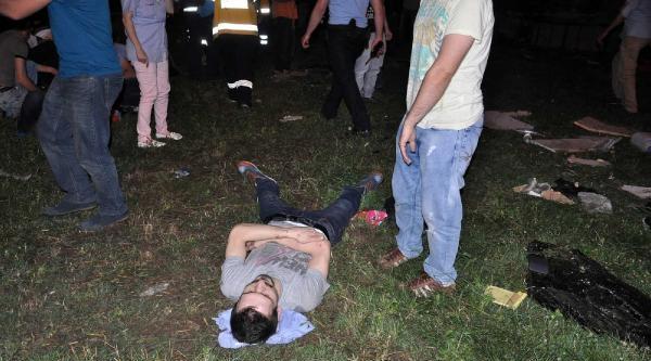 Sakarya'da İşçi Servisi Otomobille Çarpişti: 24 Yaralı