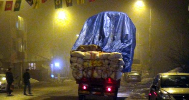 Saman yüklü kamyonda köpeğin tehlikeli yolculuğu