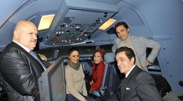 Sanatçilar Simülatör'de Uçak Kullandi