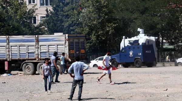 Sancaktepe'de İki Grup Arasındaki Kavgaya Polis Müdahale Etti. Kiremitler Havada Uçuştu