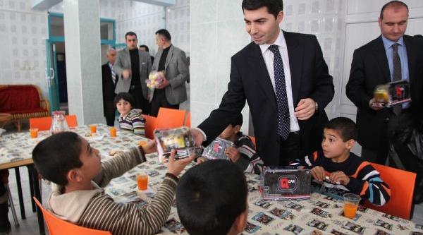 Şanliurfa Vali Vekili Kimsesiz Çocuklara Hediye Dağitti