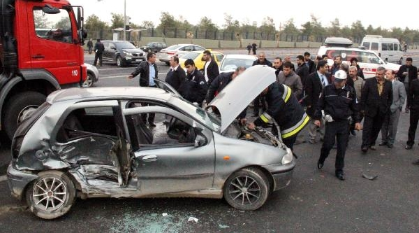 Şanliurfa'da 2 Otomobil Çarpişti: 2 Yarali