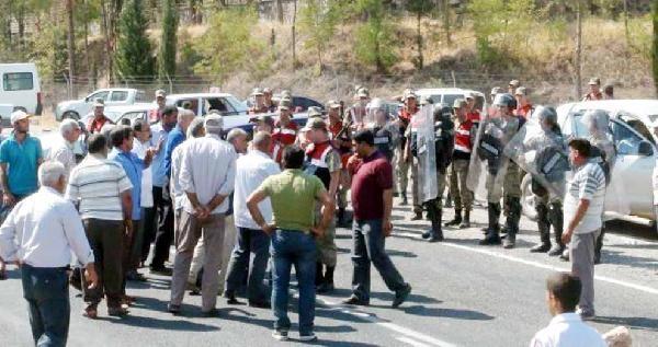 Şanliurfa'da Çiftçilerden Yol Kapatma Eylemi