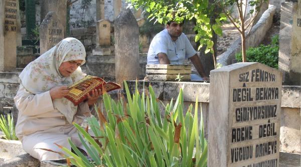 Şanliurfa'da Namaz Çikişi Mezarlığa Akın