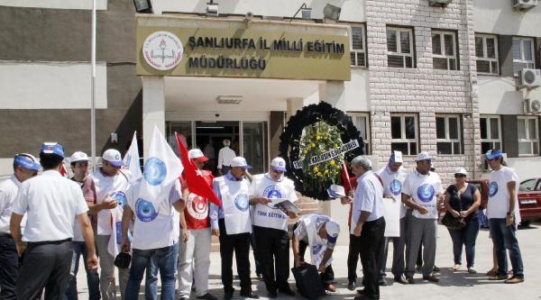 Şanliurfa'da Öğretmenlerden Siyah Çelenkli Protesto
