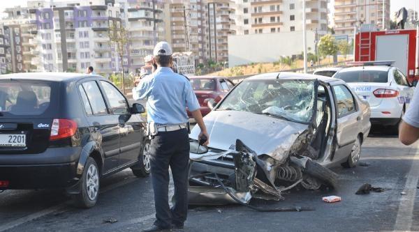 Şanliurfa'da Otomobil Bariyerlere Çarpti: 1 Yaralı