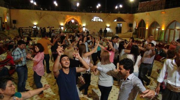 Şanliurfa'da Turistler Sıra Gecesiyle Eğleniyor