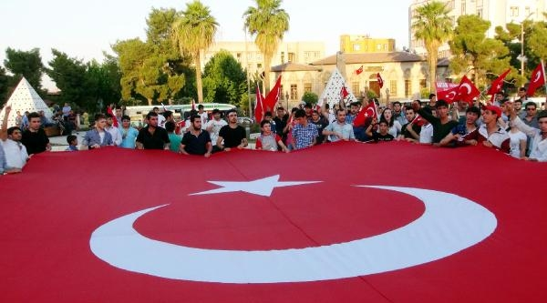 Şanliurfa'da Ülkücülerden Bayrak Protestosu
