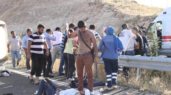 Şanliurfa'da Üniversitelilerin Tur Midibüsü Takla Attı: 20 Yaralı (1)