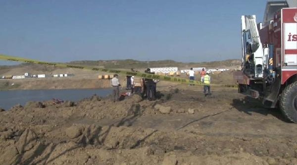 Şantiye Alanındaki İş Makinesi Gölete Uçtu (1)