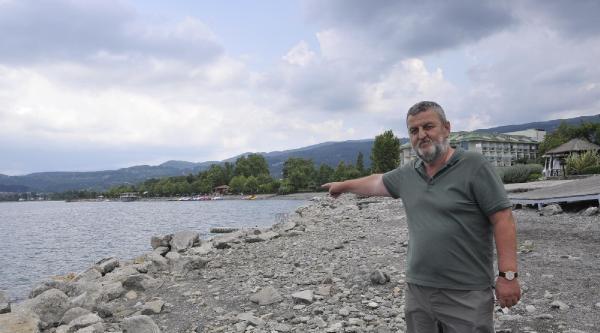 Sapanca Gölü'ndeki Su Çekilmesi Deprem Enkazlarını Ortaya Çikardi