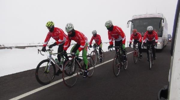 Sarikamiş Şehitleri Için Pedal Çeviren Bisikletçinin Gözyaşi Dondu