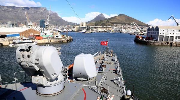 Savaş Gemilerini Amfibi Ve Sat Komandoları Koruyor