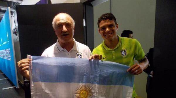 Scolari Ve Silva Totem Yapmak İçin Arjantin Bayrağıyla Poz Verdi