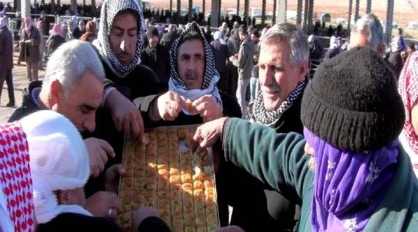 Seçim Zaferini 100 Tepsi Baklava Dağitarak Kutladi