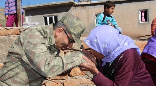 Şehit Korucu Annesi, Elini Öpen Komutanın Elini Öptü