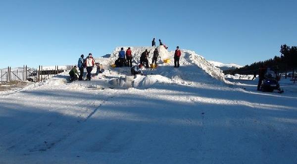 Şehitlerin Kardan Heykellerini Yapiyorlar