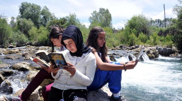 Şelale Önünde Kitap Okuma Şenliği
