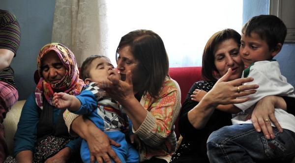Selvi Kılıçdaroğlu Ve Kızı Zeynep, Maden Şehidi İkizlerin Baba Evinde (fotoğraf Düzeltmesi)