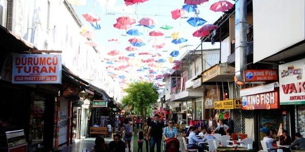 Şemsiyeli Sokağa Rüzgar Ve Yağmur Darbesi