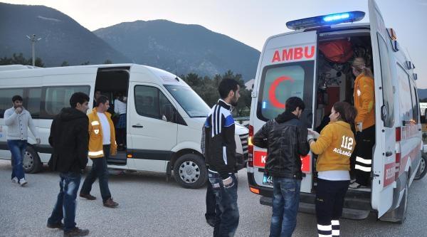 Servisi Midibüsü Otomobille Çarpişti: 3 Yaralı