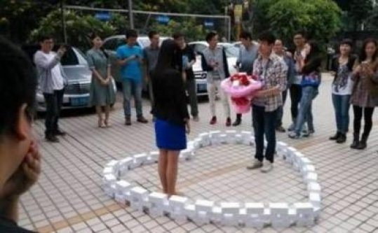 Sevgilisine 99 iPhone'la Evlilik Teklif Etti