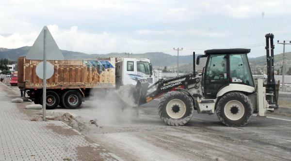 Seyir Halinde Kapağı Açılan Tır'daki Çimento Yola Döküldü
