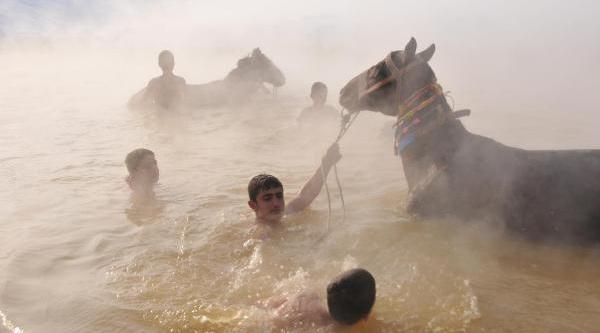Sibirya Soğuğunda Atlariyla Gölde Yikaniyorlar