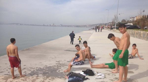 Sıcağı Gören Gençler İstanbul'da Deniz Mevsimini Açtı