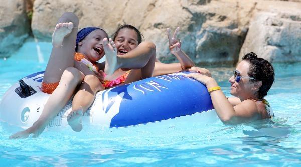 Sıcaktan Bunalan Havuza Koşuyor