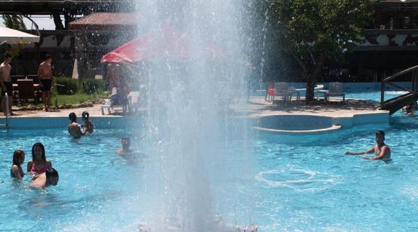 Sıcaktan Bunalanlar Havuzlara Akın Etti