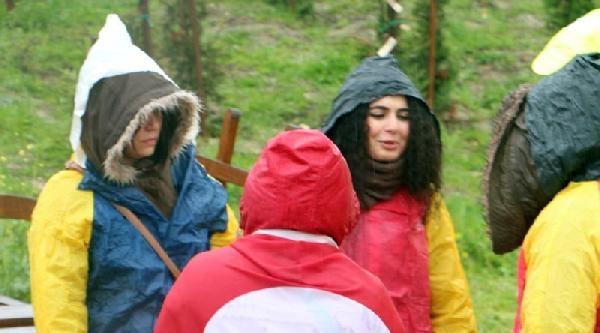Silivri'de Yağmur Altında Tahliye Bekleyişi