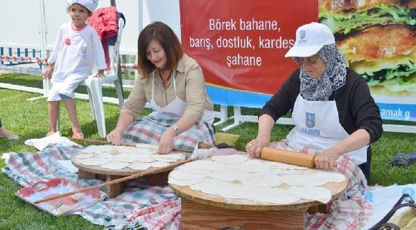 Silivrili Kadınlar 700 Tepsi Börek Yaparak Hünerlerini Sergiledi