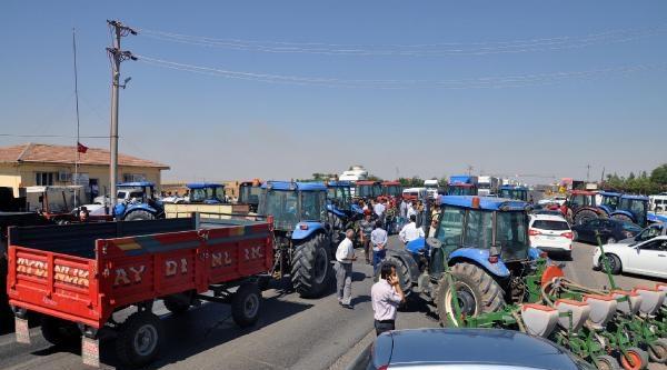 Silopi'de Çiftçiler Traktörlerle Habur Yolunu Kapattı