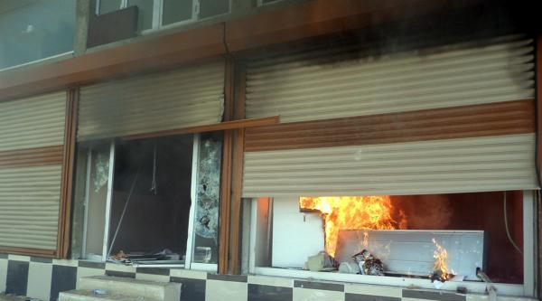Silopi'de, Dedaş Binasını Ateşe Verdiler